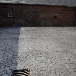 Cour de ferme à Tournai betonnée et imprimée en queue de paon