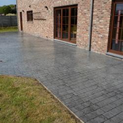 Terrasse en béton imprimé motif pavés