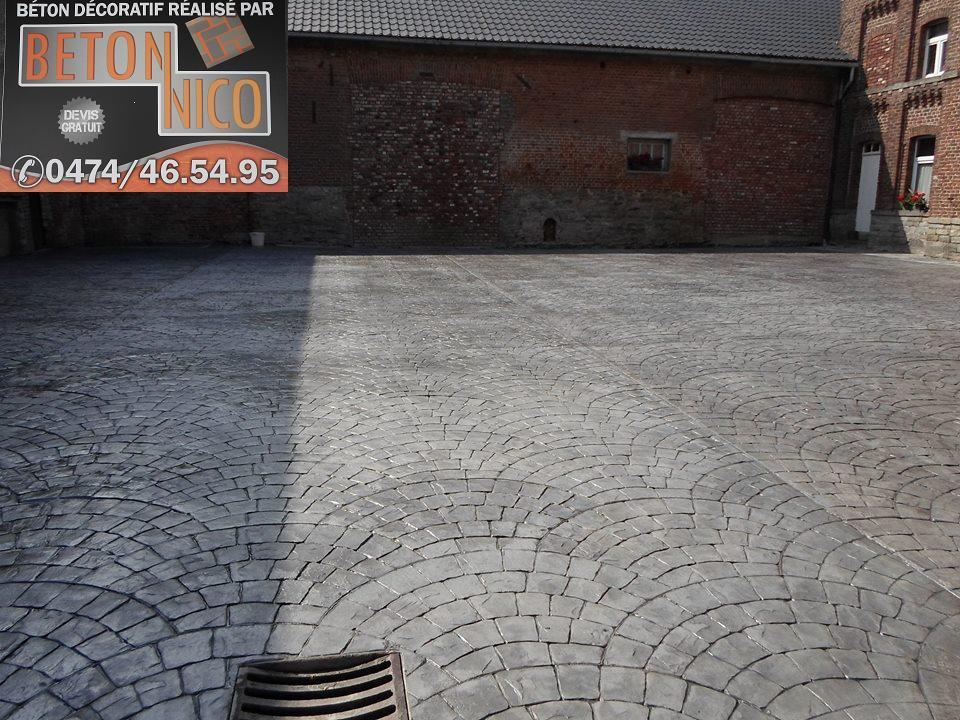 Cour de ferme en béton imprimé à Brunehaut